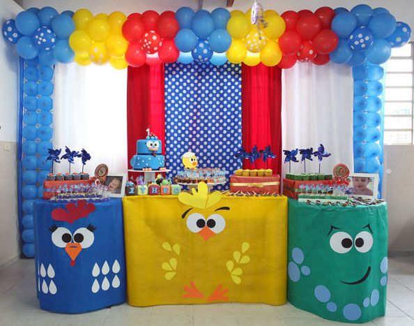 festa com decoração da galinha pintadinha